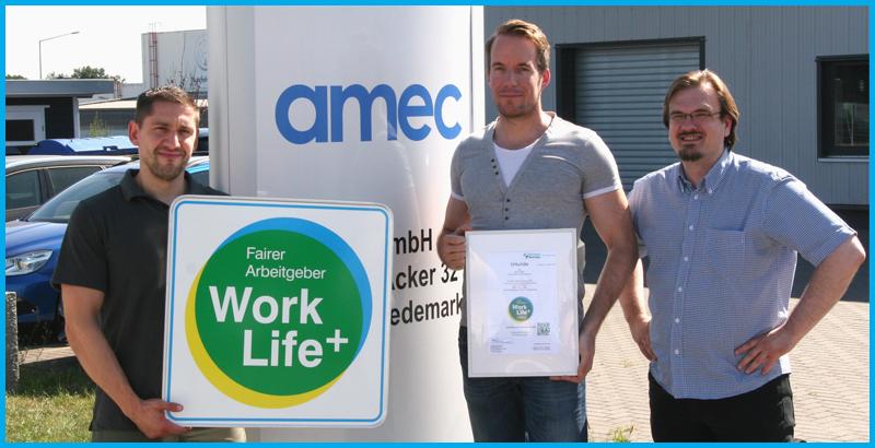 Prokurist Sebastian Neelen und Geschäftsführer Marcel Fehrmann von der amec GmbH freuen sich gemeinsam mit Sebastian Baacke von FairnessRatings über die Auszeichnung der amec GmbH als fairer Arbeitgeber.