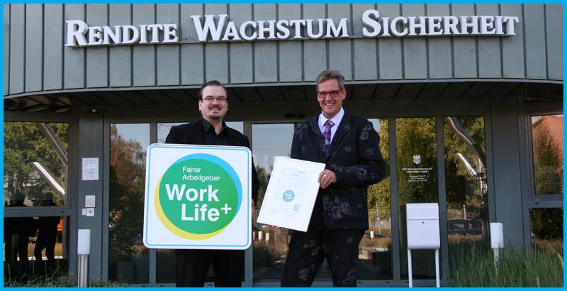 """Jörg Christian Hickmann, Vorstand von RWS, freut sich darüber, das """"Work Life+"""" Siegel als fairer Arbeitgeber von Sebastian Baacke überreicht zu bekommen."""