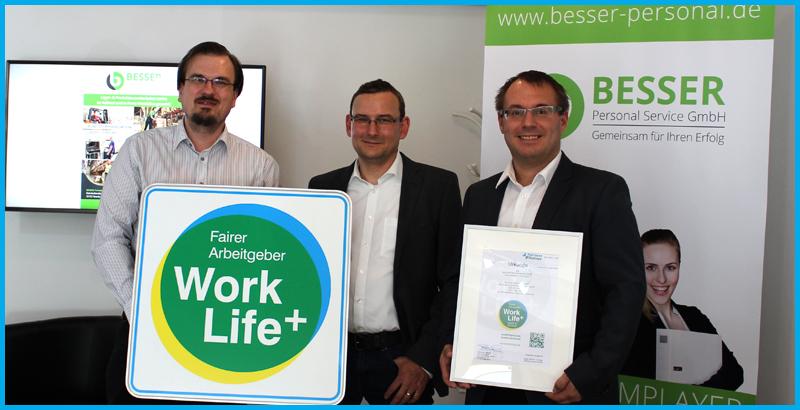 Matthias Seppelt und Claas Heemann (mitte u. rechts) nehmen für BESSER Personal Service GmbH das WorkLife+ Siegel für faire Arbeitnehmer entgegen.