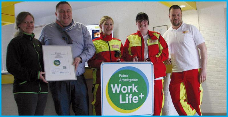 Das Team des Rettungsdienstes freut sich über das Work Life Plus Siegel.