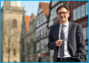 Thomas Priemer, Bürgermeister der Stadt Rinteln, ist stolz auf das Arbeitgebersiegel fairer Arbeitgeber Weserbergland - Work Life Plus