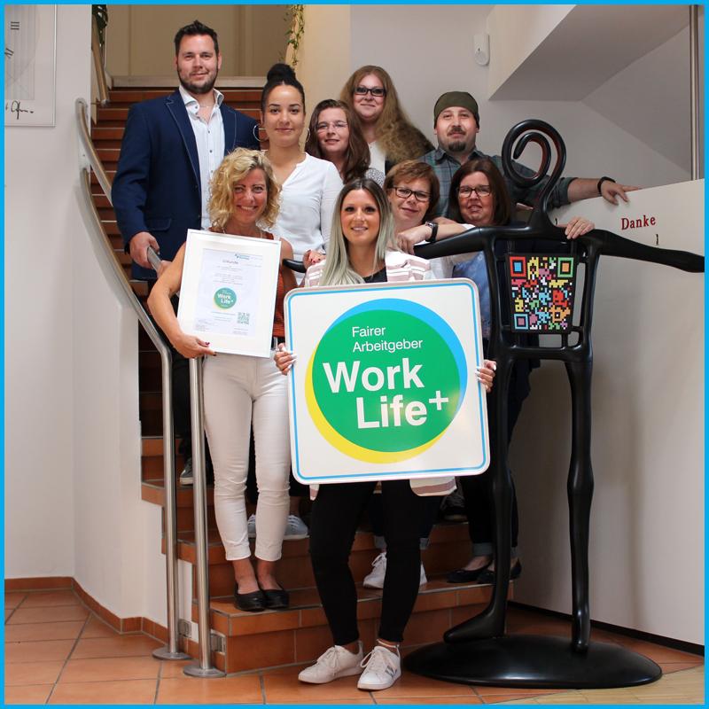 Das Team von akut... Kompetente Lösungen in Hildesheim freut sich über die Auszeichnung mit dem Work Life Plus Arbeitgebersiegel