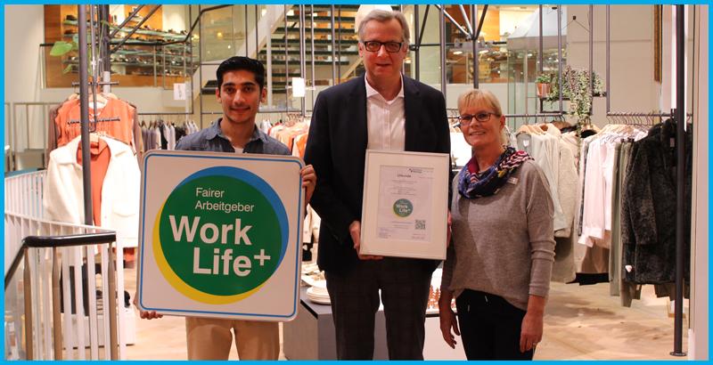 Die Siegelübergabe bei KRESSMANN im November 2019. Das Bekleidungshaus in Hildesheim freut sich über das Work Life Plus Arbeitgebersiegel.