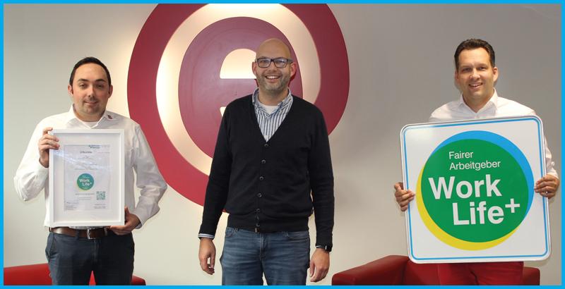 Die epc GmbH aus Nienburg hat mit einem phänomenalen Ergebnis das Work Life Plus Arbeitgebersiegel für faire Arbeitgeber erhalten. Hier sehen wir die zwei Geschäftsführer Frederik und Alexander Eggers und ihren Prokuristen Marcel Knop bei der Übergabe der Urkunde mit dem Siegel.