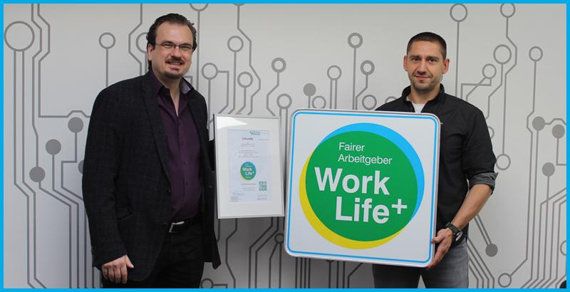 Sebastian Baacke übergibt Sebastian Neelen von der amec GmbH die Auszeichnung mit dem Work Life Plus Arbeitgebersiegel 2020 als fairer Arbeitgeber