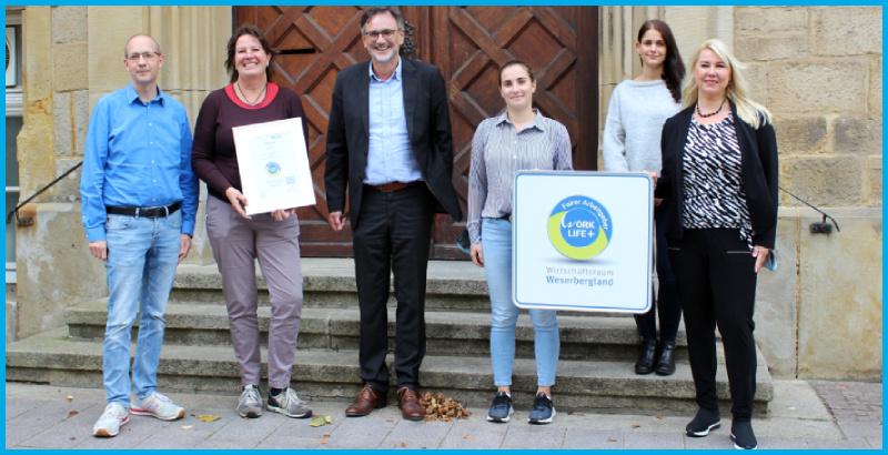 Thomas Priemer, Bürgermeister der Stadt Rinteln freut sich mit seinem Team 2021 über die erneute Auszeichnung mit dem WorkLifePlus Arbeitgebersiegel